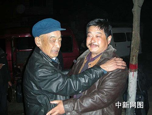 七十岁老人王桂莘见到儿子王浩玉平安归来