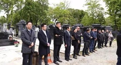 法国被警察枪杀华侨入土为安 华社代表送行