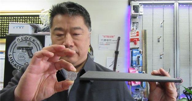 美校园枪案频发华人家长忧 买防弹板放孩子书包