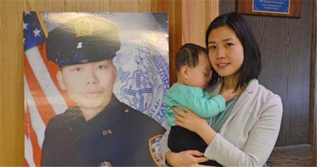 美华裔警员刘文健遗孀抱女访警局 女儿有了中文名