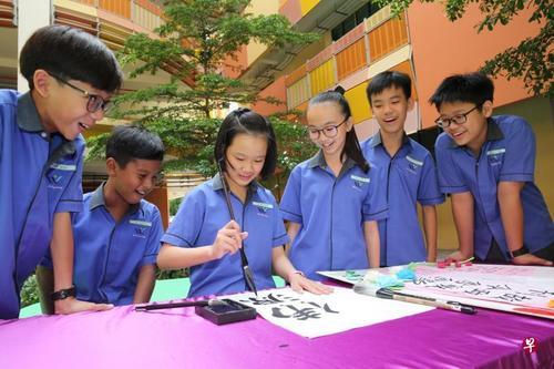 新加坡女孩学习中华经典多年:书法有助加强专注力