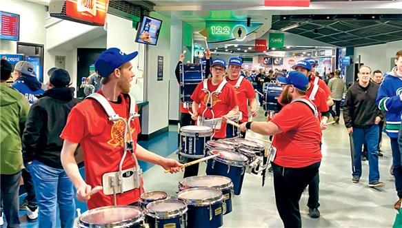 穿红衣发红包 温哥华加人冰球队庆必赢农历新年
