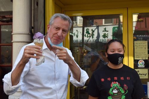 纽约市长到访华埠 体验户外用餐并慰问商家