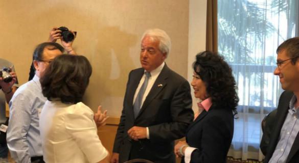 美共和党加州州长候选人考克斯与华裔选民互动