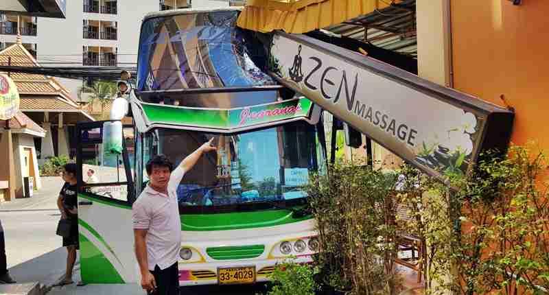 司机着急上厕所 泰载中国游客大巴撞按摩店无人伤