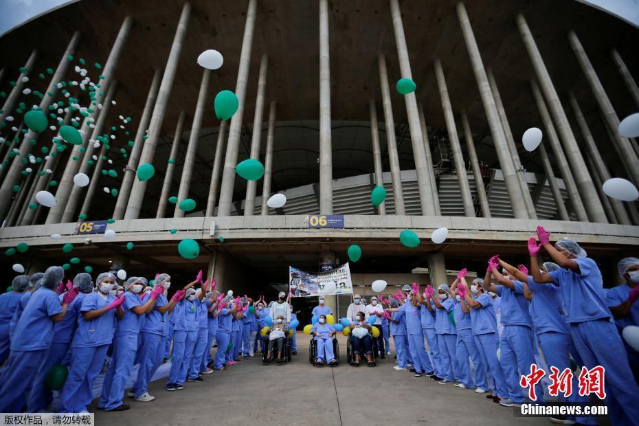 巴西利亚野战医院送走最后一名患者 放飞气球祝福