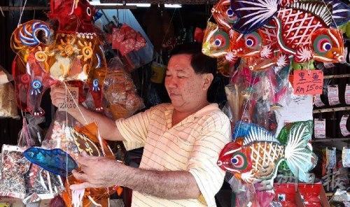 大马华人忆儿时中秋 传统手工玻璃纸灯笼再走俏