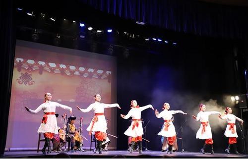 中国少数民族艺术团访欧洲演出 展多彩中国文化元素