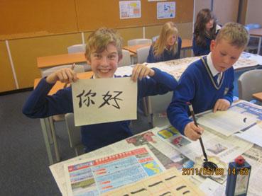 英国孔子学院教师指导当地中学生用毛笔书写汉