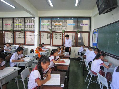泰国农大孔子学院中小学生汉语考试 送考上门
