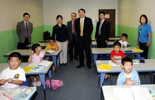 许又声参观美国休斯敦华夏中校 鼓励教师传承