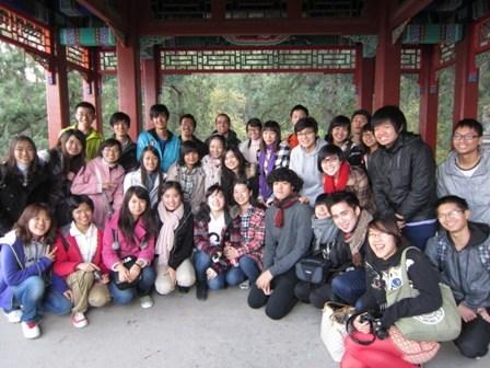 北京华文学院组织140余名长期班学生畅游香山图片