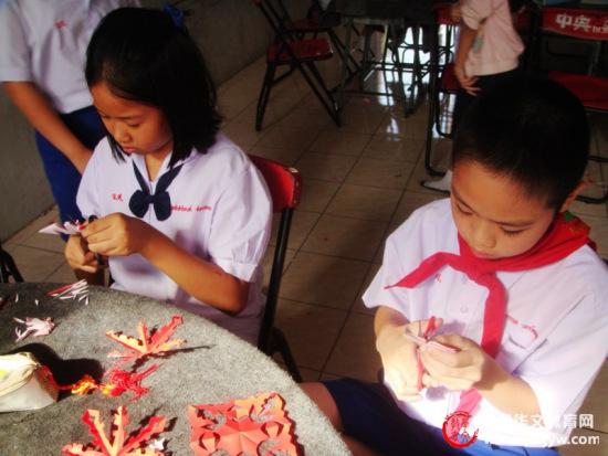 学生们也忙着剪窗花.