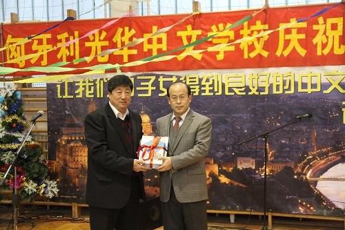 匈牙利光华中文学校办圣诞新年联欢会获赠图书