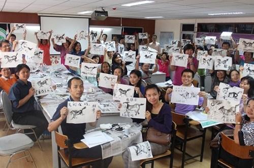 泰国一孔子学院迎马年本地汉语教师学画奔马图