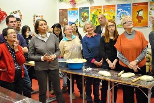 法国一孔子学院举办包饺子庆小年迎春节活动