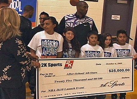 湖人队篮球明星科比·布莱恩特捐赠支票赞助中学生课后学习中文普通