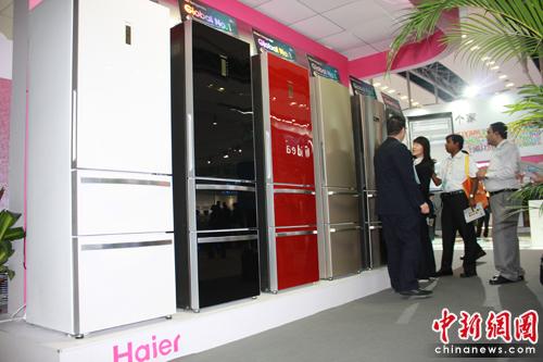 """青岛海尔冰箱现场设置一神秘的vip室打出了""""非请勿入""""的提醒牌,记者"""