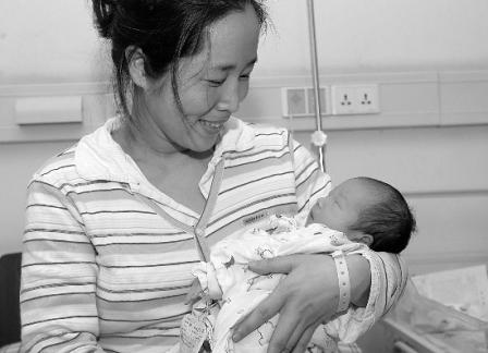 女教师38岁 高龄 诞下女婴 曾因重症换肝