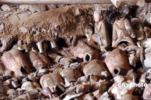 图:青州汉墓陪葬坑出土大量西汉文物