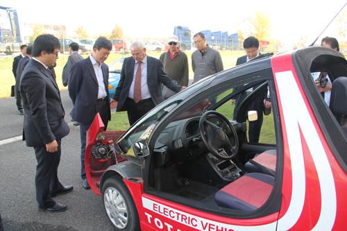 考察节能环保型电动汽车.高清图片