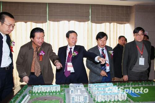 中国国家画院院长杨晓阳(左二)介绍西安美院的未来发展蓝图.中