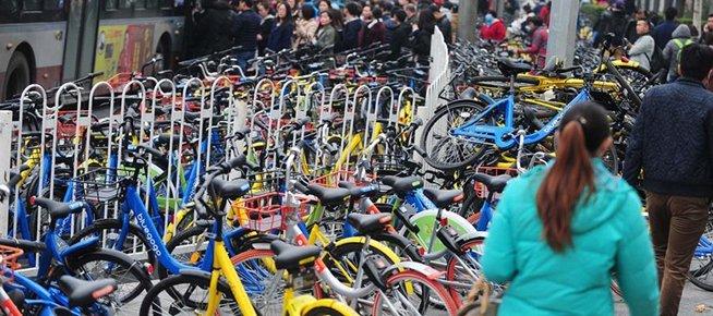 上千共享单车围困公交车站:停放的多 被骑走的少