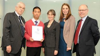 留英中国学生获投资竞赛奖:买股票锻炼软性技能