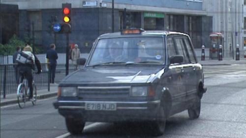 大城市里一般当街招手叫出租车都不便宜,乘公共交通工具要便宜得多.图片
