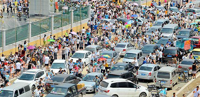 中学招生火爆 车辆排长龙致交通堵塞