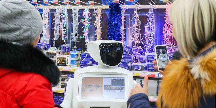 俄一超市机器人穿梭货架间服务顾客