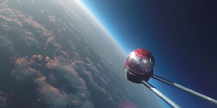 英国科研人员全程直播蛋糕往返太空