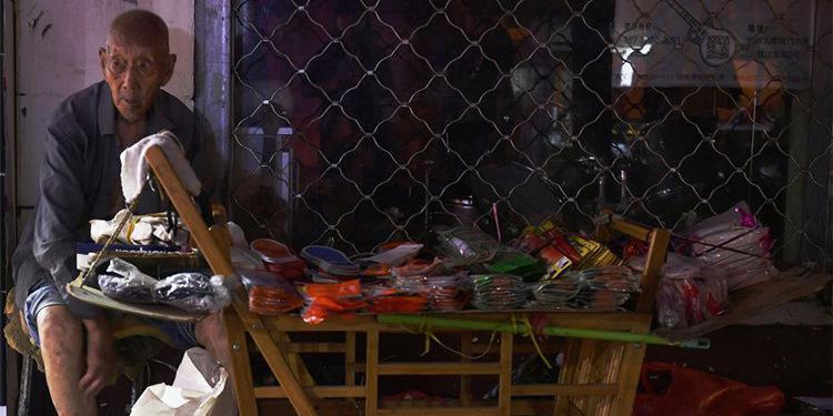 107岁老人卖鞋垫 有人买完再悄悄放回