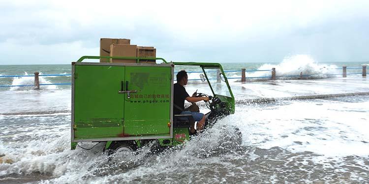 台风掀大浪 青岛各大海水浴场关闭