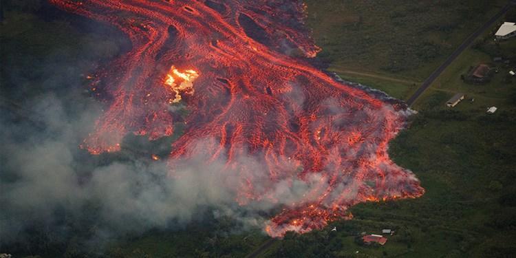 """夏威夷火山熔岩流淌成""""火河"""""""
