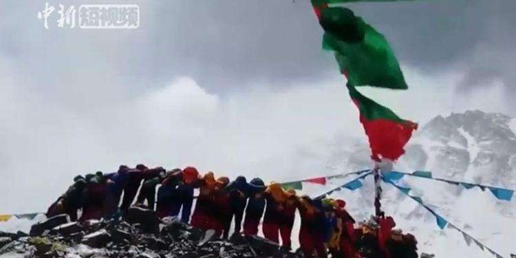 海拔最高的狂欢 珠峰上齐跳锅庄舞