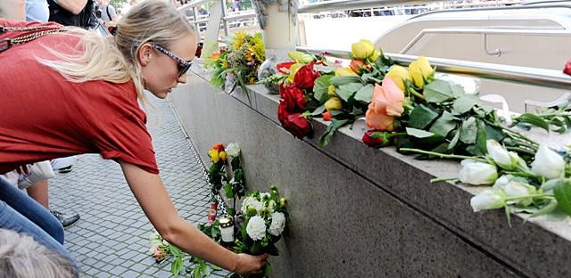 慕尼黑民众前往袭击发生地献花悼念