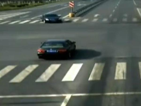 眼见绿灯变黄灯 两车同时抢行路口相撞