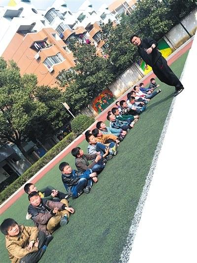 武汉汉阳德才小学_武汉一小学足球队每天训练3小时队员吃住在学校