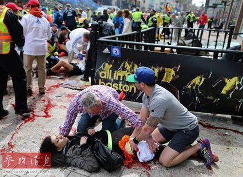 美国 波士顿/爆炸发生后,现场民众帮助救护伤者。...