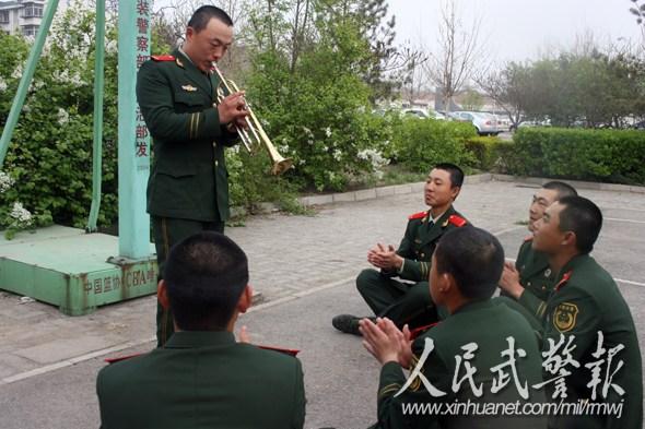刘强/赢得掌声。图片来源:人民武警报...
