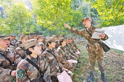 广州军区某部官兵在野外驻训地学唱战斗歌曲