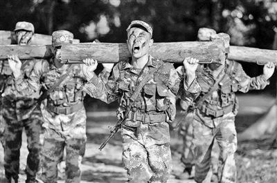 厦门警备区某团官兵负重10公里长跑激发潜能