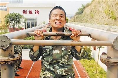 武警河南总队信阳支队官兵训练体能 强化身体素质图片