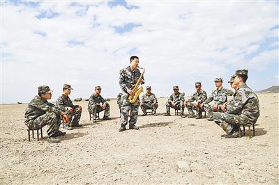 训练间隙,张磊为战友演奏萨克斯独奏.白金一摄