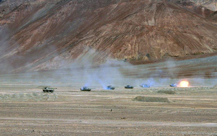 解放军合成坦克营在高原进行多兵种联合作战演练