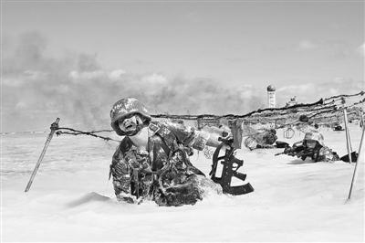 西沙守军练抢滩登陆:持枪匍匐过铁丝网(图)