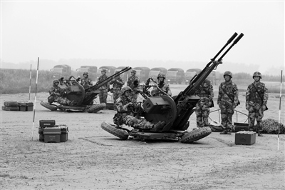 瞄准天空!连云港民兵高炮分队野外训练(图)