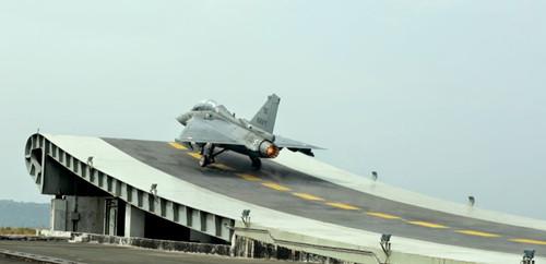 印度首架光辉战机交付研发30年花20亿美元(图)