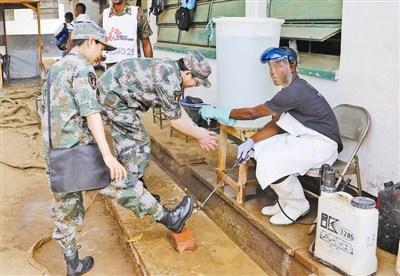 解放军第三批援塞医疗队了解埃博拉患者情况(图)